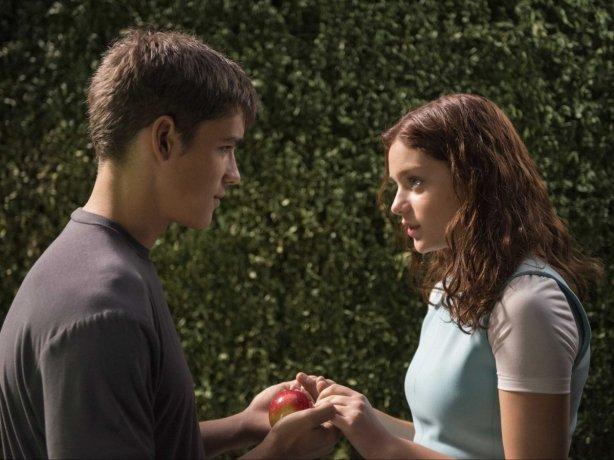 Brenton Thwaites (Jonas) and Odeya Rush (Fiona)