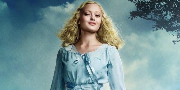 Emma (Ella Purnell)